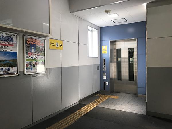エレベーターを降りて目の前に入り口が見えます